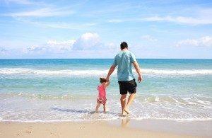 De olho nos pequenos! Além do protetor solar e boné, fique atento aos mergulhos no mar e na piscina.